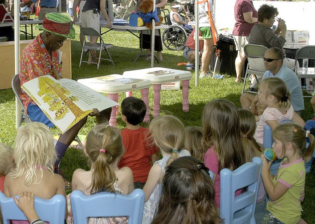800px-US_Navy_070421-N-1280S-001_Wally_Amos,_founder_of_Famous_Amos_Cookies_takes_children_on_a_reading_adventure_during_Springfest