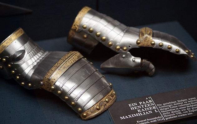 800px-HJRK_A_7_-_Gauntlets_of_Maximilian_I,_c._1514