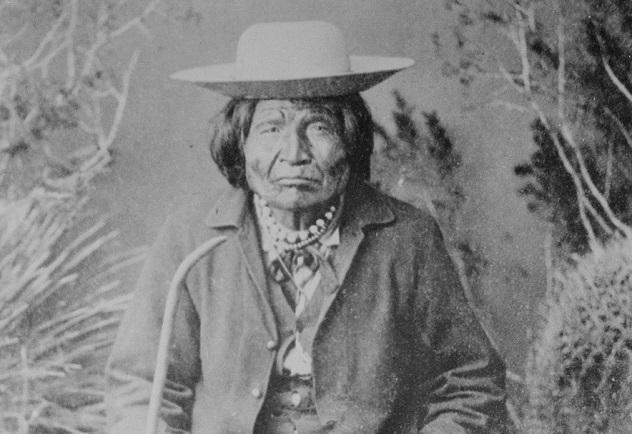 Nana_(Nanay),_a_Chiricahua_Apache_subchief,_full-length,_seated,_1886_-_NARA_-_530800