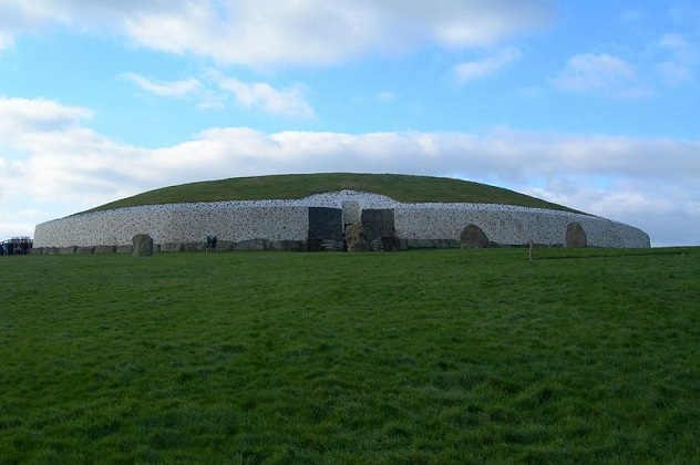 799px-Newgrange