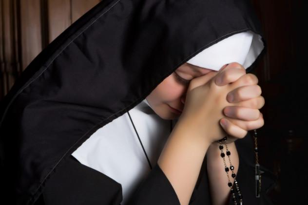 2 Nuns praying