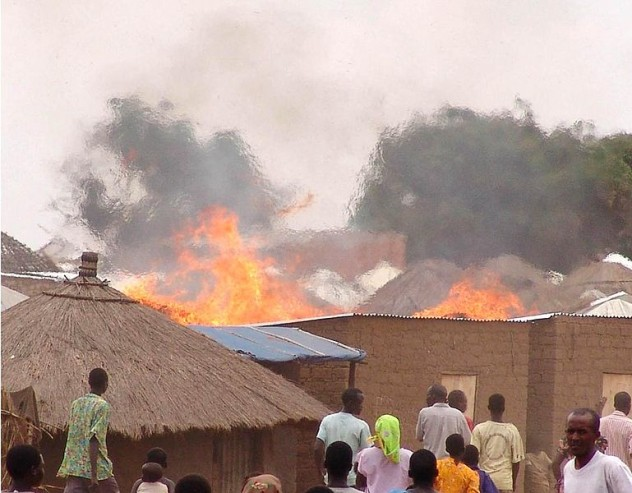 2 769px-Fire_in_Parabongo_IDP_camp,_Uganda_crop