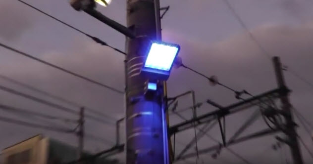 2-blue-streetlight-japan