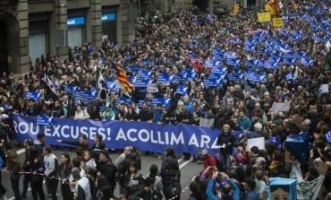 """300 mil pessoas lotam Barcelona para exigir """"Chega de desculpas, Acolhimento já"""""""