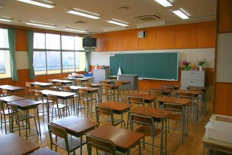 小学校で他のクラスの教室に入った時の違和感は異常