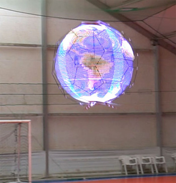 「浮遊球体ドローンディスプレイ」、NTTドコモ開発 光の残像で全方位に映像