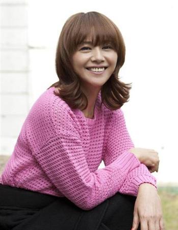 NHK連続テレビ小説「あまちゃん」出演中の小泉今日子が役柄の天野春子名義で挿入歌「潮騒のメモリー」を緊急発売