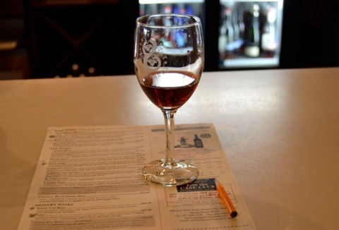 ぶどうジュースをグラスに入れてワインみたいに飲んでた奴wwwww