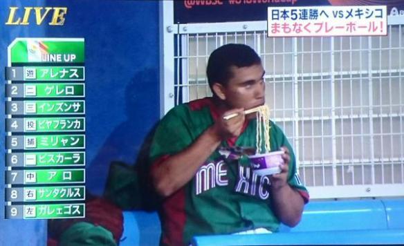 ベンチで野球選手がカップラーメン食べててわらたw