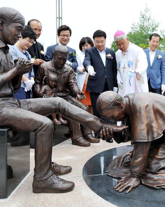 韓国、ローマ法王が韓国人の靴を舐める銅像をつくる