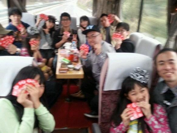 小学生アイドルと同席していくバスツアー画像がヤバイと話題に