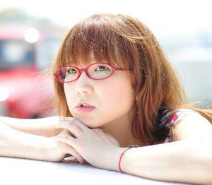 奥華子のデビュー10周年弾き語りツアー開幕!満員の会場を笑顔で包む