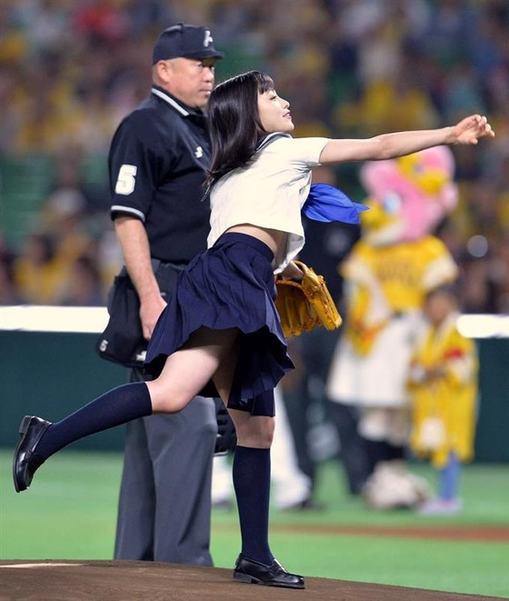 橋本環奈セーラー服セクシーキュート始球式【画像】