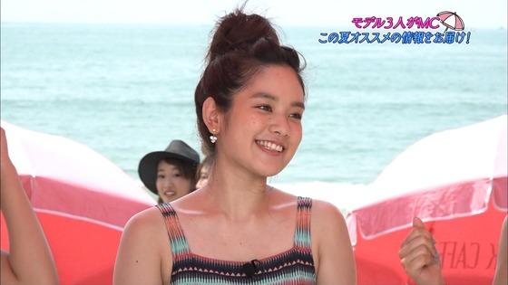 筧美和子&久松郁実、ビーチヨガで揺れるバストのビキニショー![画像あり]