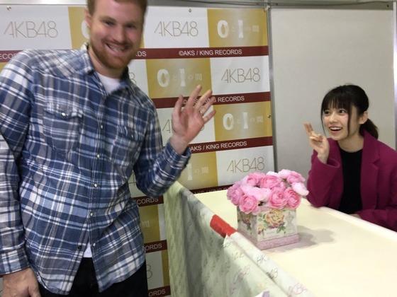 塩対応の島崎遥香、謎の外国人出現により写メ会にて本日初めて笑顔を見せるwwwwww【画像あり】