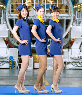 【画像】 ひざ上15センチ、スカイマーク客室乗務員の「ミニスカすぎる新制服」