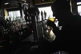 毎日2杯以上のアルコール飲酒で老後の物忘れ早まる、研究