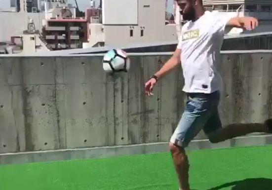 バルセロナ ピケ 炎上 サッカーボール 高層ビル に関連した画像-01