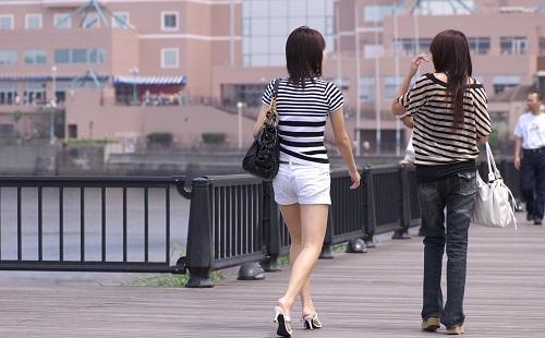 駅まで女の子と一緒に平行に歩くの楽しすぎワロタwwwwwww