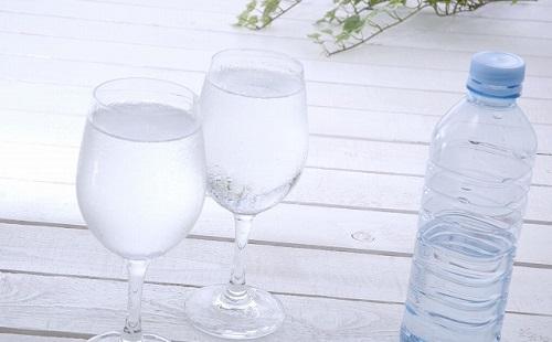 大学で水買って飲んでたらバカにされたんだが?
