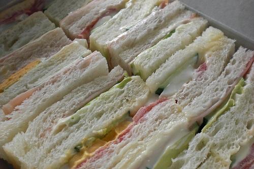 サンドイッチ工場の真実!!おっさんが素手でチーズやハムをパンの上に乗せていたことが判明wwwwwwww