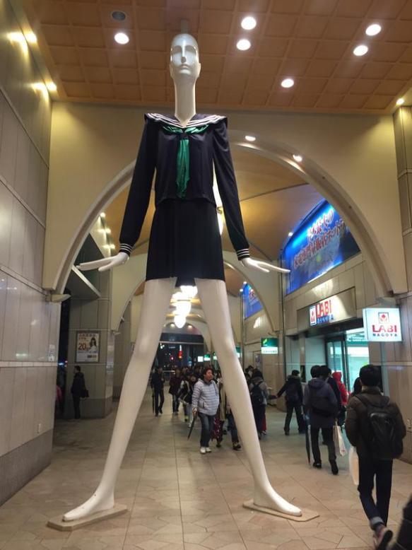 名古屋駅で超背の高い女子高生が激写されるwwwwww(画像あり)