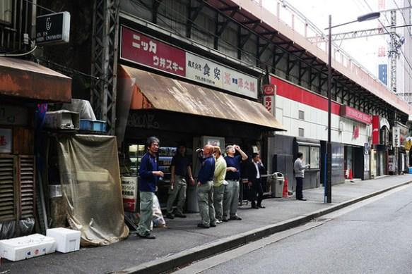 JR有楽町駅の居酒屋が凄すぎる!!酒は自販機!つまみは暗闇にいるオバチャンから買え!