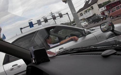 このクッソ暑いのに窓全開で車運転してるやつなんなの?