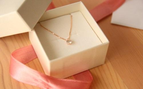 【悲報】彼女の誕生日に5万のネックレスをプレゼントした結果wwwww