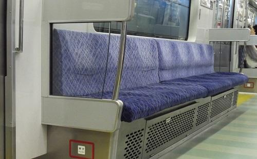 電車の席の下で暖かい息出す仕事してるけど質問ある?