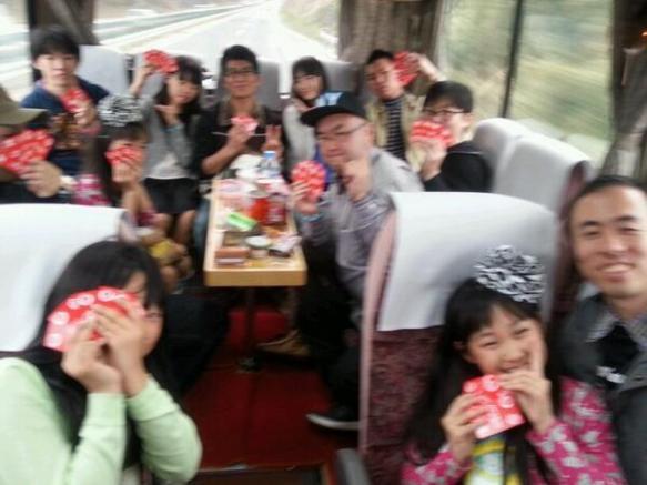 【驚愕】小学生アイドルと同席していくバスツアー画像がヤバイと話題にwwwww