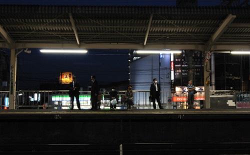 深夜に駅で寝た結果wwwwwwww