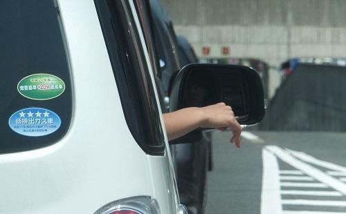 窓から腕出して車運転してる奴wwwwwwwwww