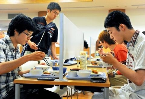 【画像あり】 京都大学の食堂に出来た 「ぼっち席」 が 悲しすぎる wwwwwwwwwwwwww