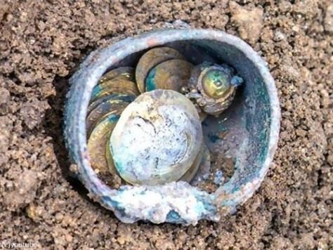十字軍の頃の金貨が発掘される00