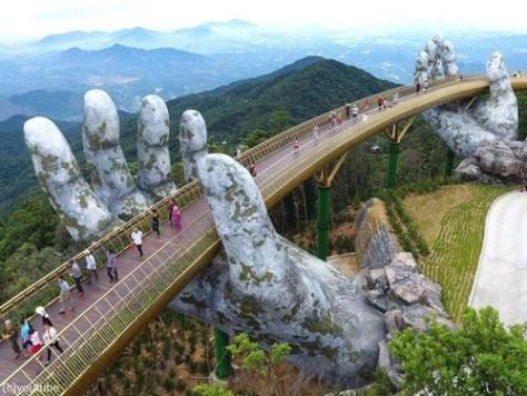 巨人の手が支えるベトナムの橋00