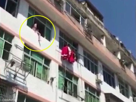 中国人女性が力技で自殺を阻止される00