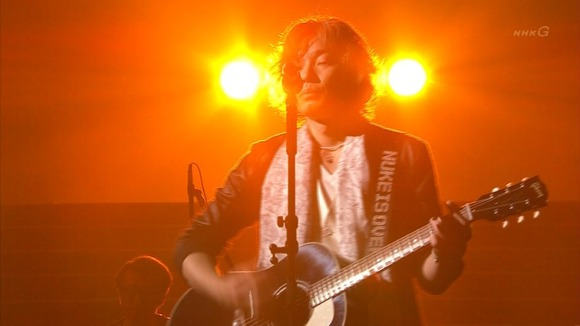 斉藤和義さんが紅白歌合戦に「NUKE IS OVER(原子力は終わった)」と書かれたギターストラップをつけて出演
