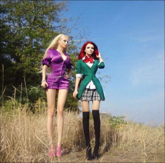 【ウクライナ】不気味なほどアニメ顔な美少女と、「リアルバービー人形」と話題になった美少女が対面