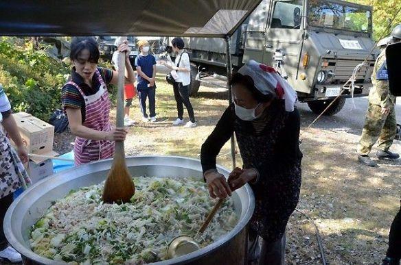 自衛隊員らに塩ちゃんこ汁炊き出し 王滝村(画像あり)