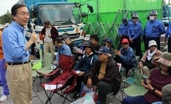 東大大学院教授の高橋氏、ゲート前で激励「基地は本土で引き取るべき」[琉球新報]