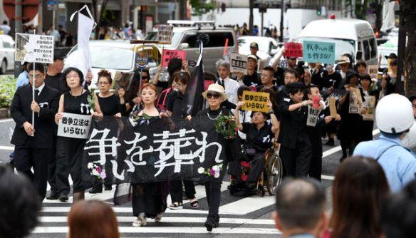 「争いを葬れ」喪服で無言の集団が繁華街をゆく 名古屋で安保法案反対デモ