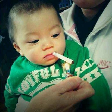 赤ちゃんにタバコを吸わせて炎上
