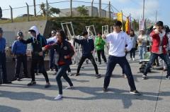 【沖縄】韓国の高校生12人、辺野古ゲート前で座り込み&テコンドー披露して抗議活動