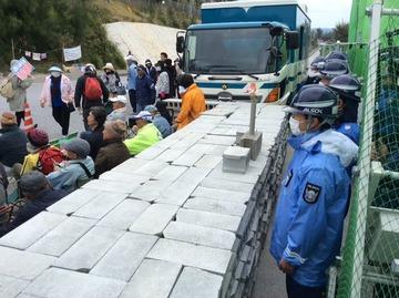 【沖縄】基地反対派が辺野古ゲート前にブロック積んで工事妨害…常軌を逸した犯罪行為に批判殺到