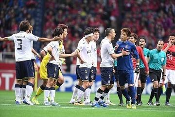 【サッカー】韓国チーム主将がゴミをピッチ上に投げ捨て → 浦和GK・西川周作が拾って手渡そうとしたところ逆ギレして乱闘寸前に…動画あり