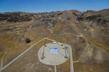 まさに神業! パラシュート使わず高度7600メートルから網に着地…動画あり