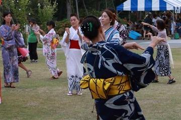 【愛知】盆踊りの音がうるさいとクレーム → 踊り手がイヤホンで聴く無音盆踊りが登場