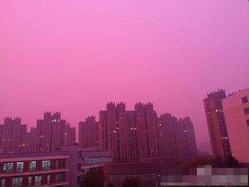 【中国】まるでSF映画! 南京市がバラ色のスモッグで覆われる