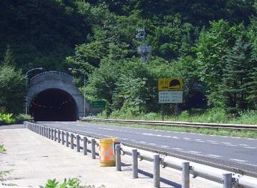 【ホラー】坂梨トンネルで「軽が逆走」通報4件 → 通行止めにして捜索するも発見できず
